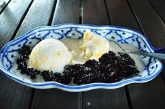 Glass med svarta klibbiga ris Royaltyfri Foto