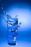 glass mineral som plaskar ut vatten Fotografering för Bildbyråer