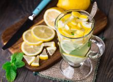 Glass with mint and lemon tea Stock Photography