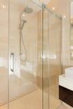 Glass modern dusch i badrum arkivbild