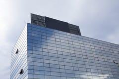 Glass modern kontorsbyggnad och förlägger för annonsering Arkivfoton