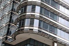 glass modernt stål för byggnadshörn arkivbilder