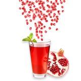 glass mogen fruktsaftpomegranate bakgrund isolerad white Närbild bakgrundsborsteclosen isolerade fotografistudiotanden upp white Fotografering för Bildbyråer