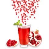 glass mogen fruktsaftpomegranate bakgrund isolerad white Närbild bakgrundsborsteclosen isolerade fotografistudiotanden upp white Royaltyfri Foto