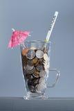 glass money Κοκτέιλ των νομισμάτων τρισδιάστατο έννοιας δολαρίων ποσοστό ανάπτυξης ανταλλαγής μειωμένο Στοκ Φωτογραφία