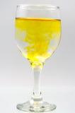 Glass mycket av vatten med färgpulverfärg Royaltyfri Bild