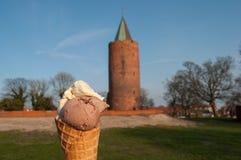 Glass och ett medeltida torn Arkivbilder