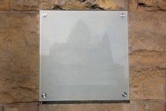 Glass platta med en slottbild på en stenbakgrund Arkivfoto