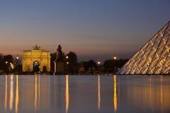 Glass pyramid av luftventilen på natten Royaltyfri Foto