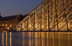 Glass pyramid av luftventilen på natten Arkivfoto