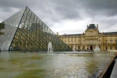 Glass pyramid framme av Louvremuseet Royaltyfri Foto