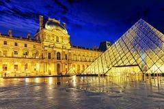 Glass pyramid och Louvremuseet Royaltyfri Bild