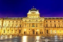 Glass pyramid och Louvremuseet på September Royaltyfri Fotografi