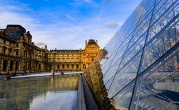 Glass pyramid- och Louvremuseum Royaltyfria Foton