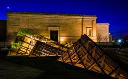 Glass pyramider utanför National Gallery av konst på natten, var Arkivbilder