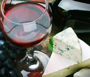 Glass of red wine and grapes are ripe Royalty Free Stock Photos