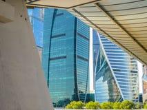 glass reflexioner Detaljer av moderna byggnader Royaltyfria Foton