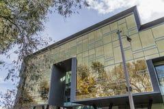 Glass reflexioner på byggnad Arkivfoton