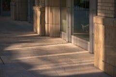 Glass reflexioner på stadsgator Arkivbilder