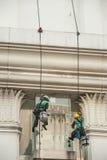 Glass rengöringsmedel som abseiling från en högväxt byggnad Arkivbilder