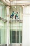 Glass rengöringsmedel som abseiling från en högväxt byggnad Royaltyfri Fotografi