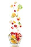 Glass salladbunke i flykten med frukt royaltyfri bild