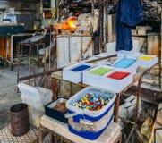 Glass sand för glass danandeproduktion i den Murano ön i den Venetian lagun nära Venedig, Italien Arkivbilder