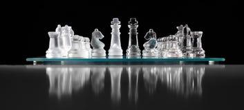 Glass schackbräde med schackstycken Royaltyfri Fotografi