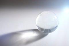Glass sfär med den globala översikten Arkivfoto