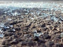Glass skärvor spridde på vägen - nära övre royaltyfri bild