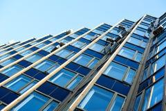 glass skyskrapa för Mång--våning kontorsbyggnad på horisonten arkivfoton