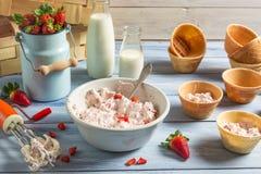 Glass som göras med blandad yoghurt och jordgubbar Arkivbilder