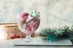Glass som tjänas som i en glass bunke Visat med godisrottingar på den trälantliga tabellen Den mousserande julgranen tänder bakgr arkivfoton