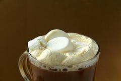 glass stora marshmallows för dryckeskärlkaffe Royaltyfria Bilder