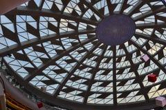 Glass tak av modern kommersiell byggnad med lett ljus Royaltyfria Foton