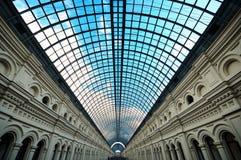 Glass tak för perspektivtakfönster av lång byggnad Fotografering för Bildbyråer