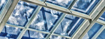 Glass tak med fönstret Arkivbilder