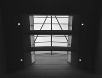 Glass tak med fyra strålkastare i svartvitt Arkivfoton