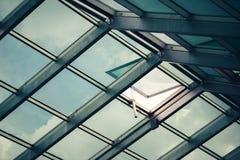 Glass takfönstertak med det öppna fönstret Arkivbild