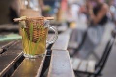 Glass te rånar på tabellen i restaurang royaltyfri bild