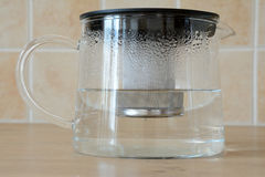 Glass tekokkärl Arkivfoton