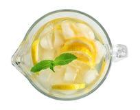 Glass tillbringare med naturlig lemonad på vit bakgrund, bästa sikt royaltyfri bild