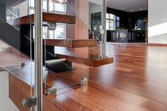 Glass under-vakt för modern mahognytrappa Arkivfoto