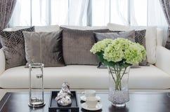 Glass vas av växten på trätabellen i lyxig vardagsrum royaltyfri fotografi