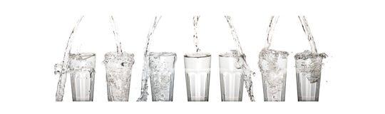 Glass vatten med tappad beeing för vatten Fotografering för Bildbyråer