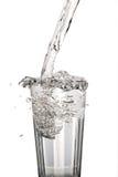Glass vatten med tappad beeing för vatten Arkivbild