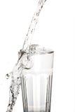 Glass vatten med tappad beeing för vatten Arkivfoton