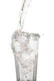 Glass vatten med tappad beeing för vatten Arkivfoto
