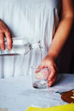 glass vatten Vatten häller in i exponeringsglas Fotografering för Bildbyråer