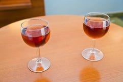 Glass viner som ska drickas och kylas Arkivbilder